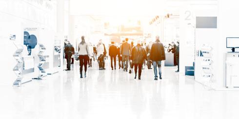 BEwerbung auf einer Jobmesse: Besucher einer Jobmesse