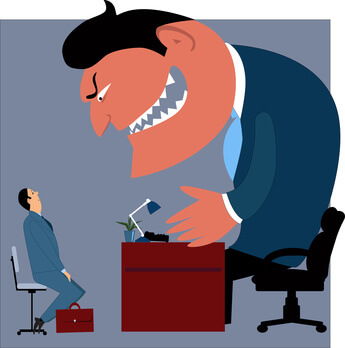 Kleiner Angestellter vor riesigem wütenden Chef