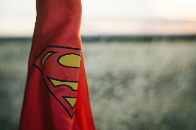 Rotes Tuch mit dem Supermann-Zeichen für Bewerber Typen Superhelden