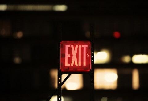 Vorstellungsgespräch beenden: Rot leuchtendes Exit-Schild