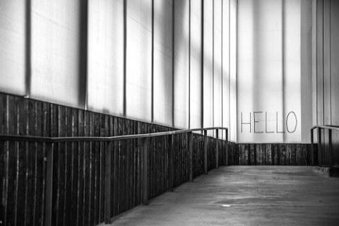 Wichtige Formulierungen im Anschreiben - Hello an einer Wand