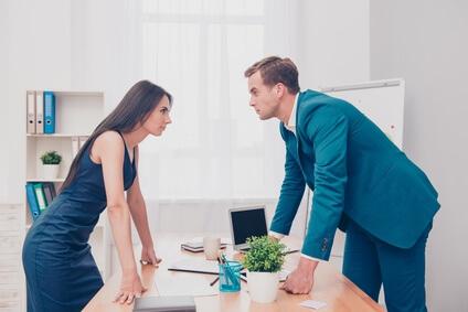 Mann und Frau stehen Sie Ihren Mann