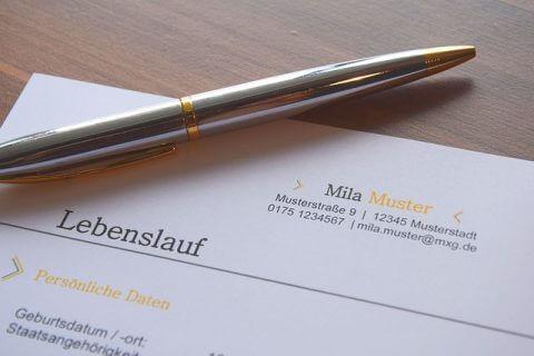 Jobmatching - Lebenslauf mit Stift