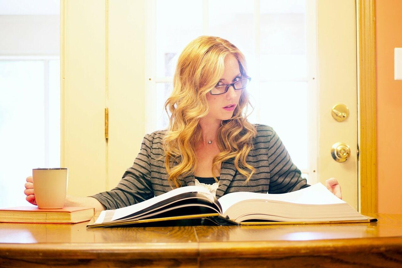 Einstieg als Trainee - Frau liest Bücher und prüft Optionen